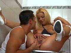 сосет большой член в туалете