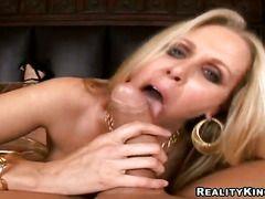 Трахает блондинку большим членом порно
