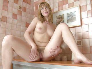 Порно онлайн дрочит ножками