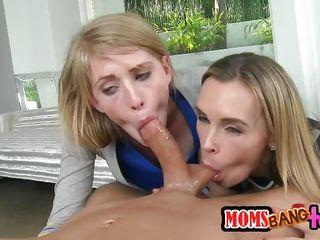 Секс втроем с мамой