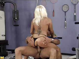Порно жену пустили по кругу