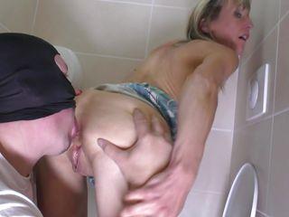Подглядывание за какающими в туалете