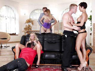 Порно групповуха на публике