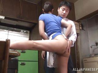 Сын подсматривает за мамой и дрочит порно
