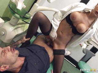 Медсестра переодевается