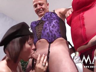 Секс втроем молодых видео