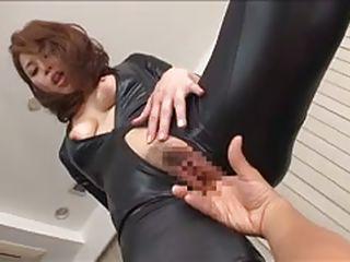 Жестко ебет пальцами