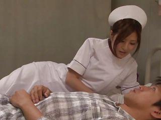 Медсестра делает клизму