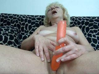 Порно дрочит на диване