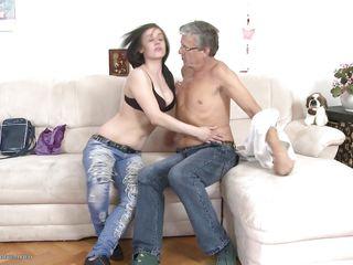 Порно зрелые дамы учат молодых