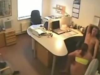 Секретарша трахает босса страпоном