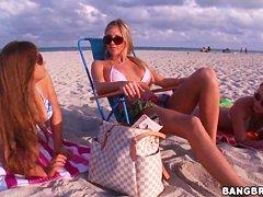 Зрелые дамы на пляже