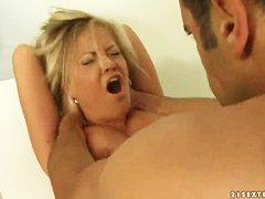 Женщина осматривает пенис