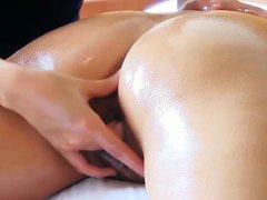 Порно массаж с брюнеткой