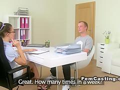 Парень сосет пенис