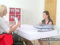 Струйный женский оргазм с мулаткой