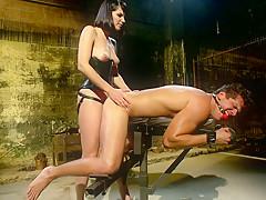 Порно госпожа какает в рот рабу