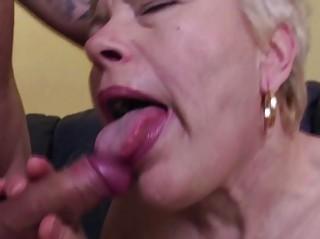 Порно зрелые дамы лижут