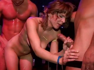 смотреть групповой секс на улице